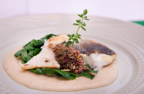 Filetto di orata con salsa di grissini, capperi e olive