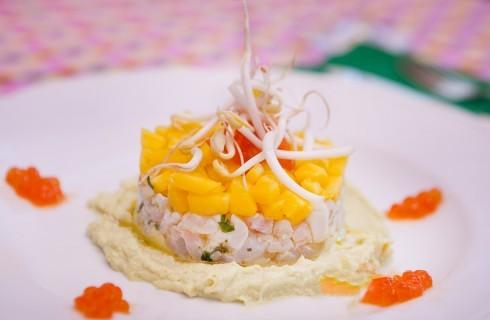 Tartara di branzino con avocado e mango con uova di salmone