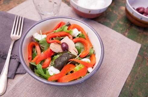 Insalata di peperoni con tonno, mozzarella e pomodori