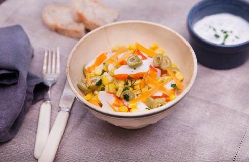 Insalata di surimi con mais e carote