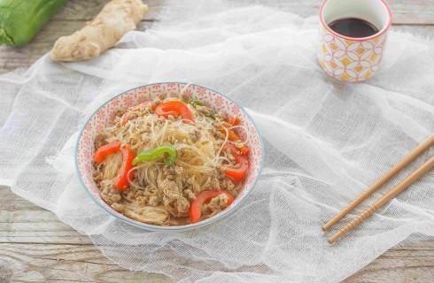 Spaghetti di soia saltati con carne e peperoni