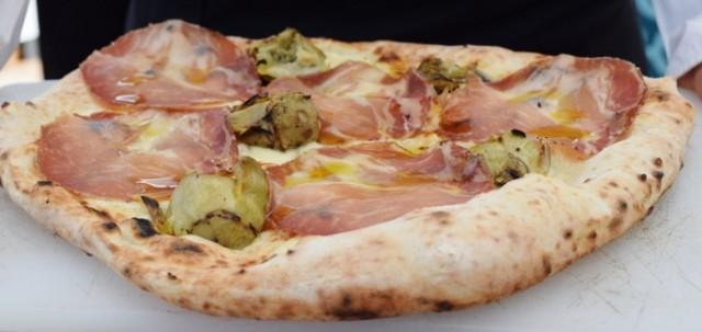 La pizza con carciofi, capocollo e fior di latte di Fabio Cozzolino