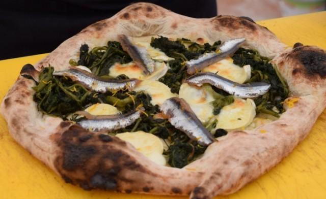 Pizza con alici, formaggio, mix di erbe e zeste di arancia di Pier Daniele Seu