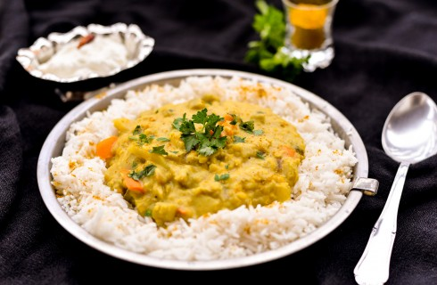 Curry vegetariano con yogurt colato