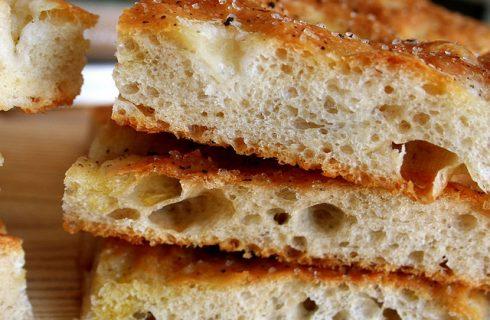 Focaccia di patate, pesto e crescenza: la ricetta sfiziosa di Andrea Mainardi