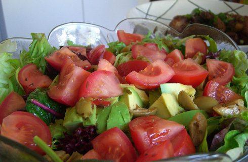 L'insalata di avocado e pomodori per un contorno diverso dal solito