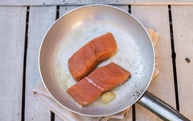 salmone in padella step2