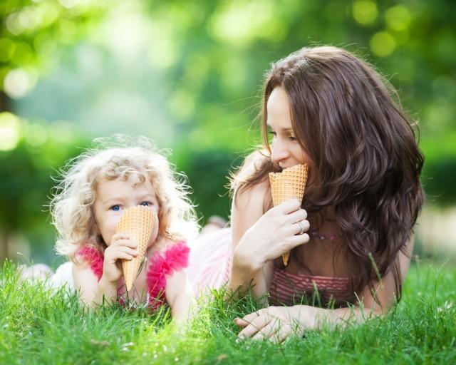mamma e figlia mangiano il gelato