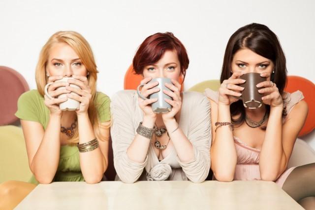 ragazze bevono caffè