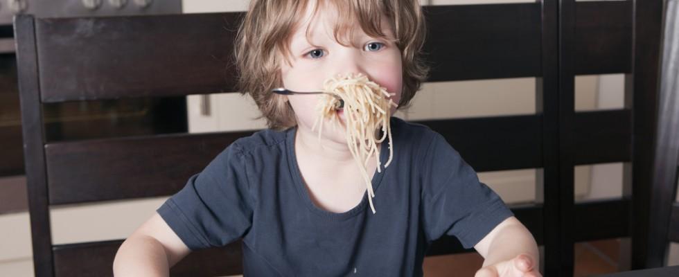 18 cattive abitudini a tavola che (quasi) tutti abbiamo