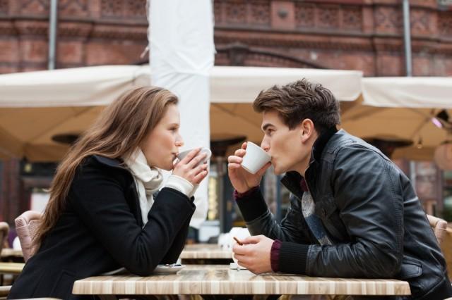 coppia che beve un caffè