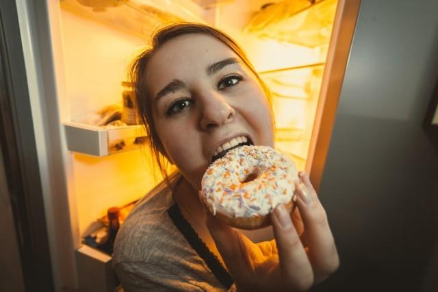 mangiare davanti al frigorifero