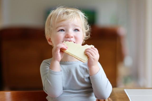 bambina mangia un sandwich