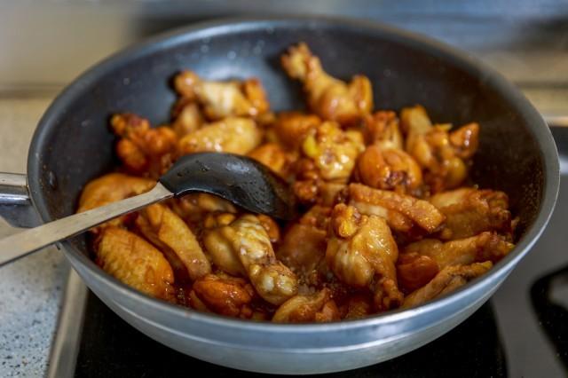 cuocere il pollo nel wok