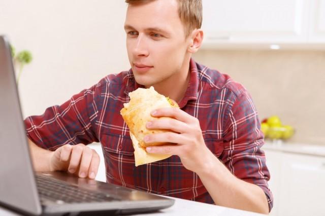 mangiare davanti al pc