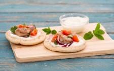 Souvlaki kebab con yogurt colato