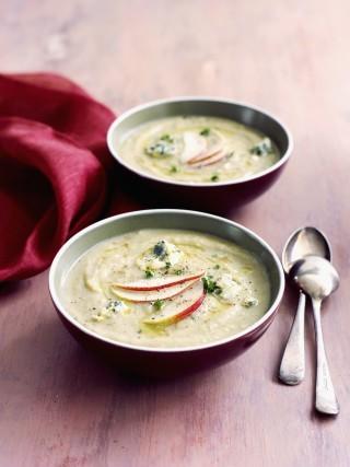 Zuppa fredda di sedano con mela e gorgonzola