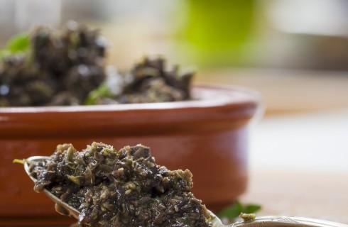 Pesto di olive nere con pinoli
