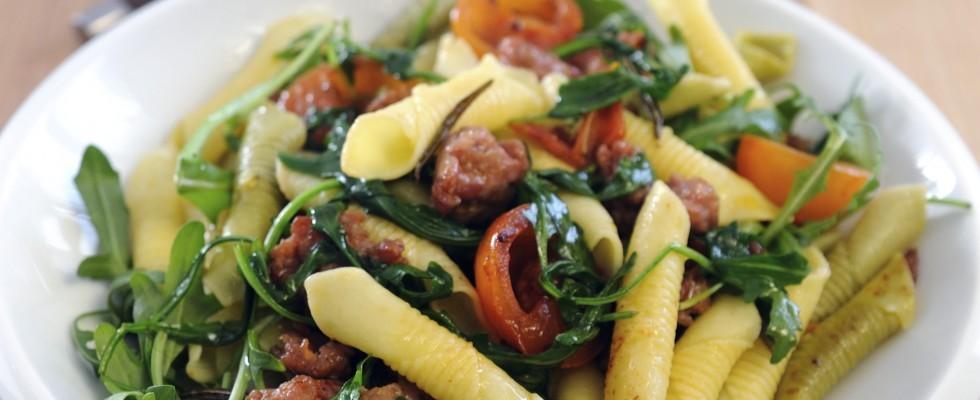 Pasta alla campagnola: rucola, salsiccia e pomodorini
