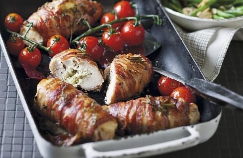 Rotolini di pollo e bacon con pomodorini