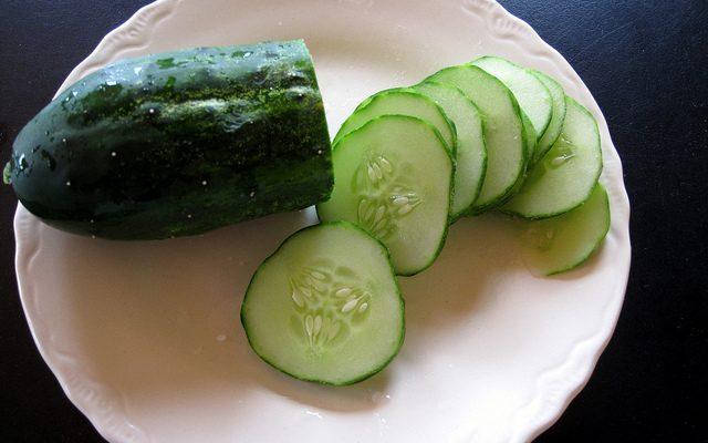 L'insalata di cetrioli e mele con la ricetta rinfrescante