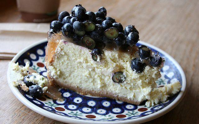 Il cheesecake ai mirtilli da cuocere al forno con la ricetta facile