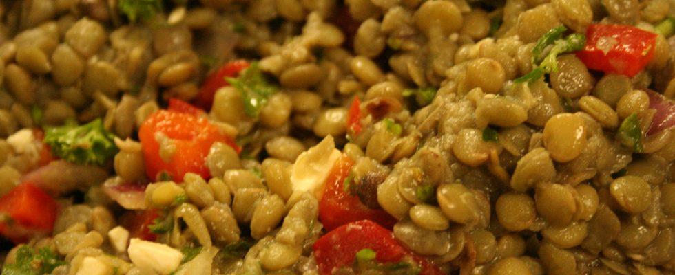 Come fare l'insalata di lenticchie e tonno per il pranzo estivo
