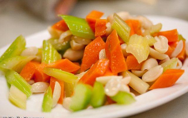 L'insalata di carote e sedano per un contorno estivo e leggero