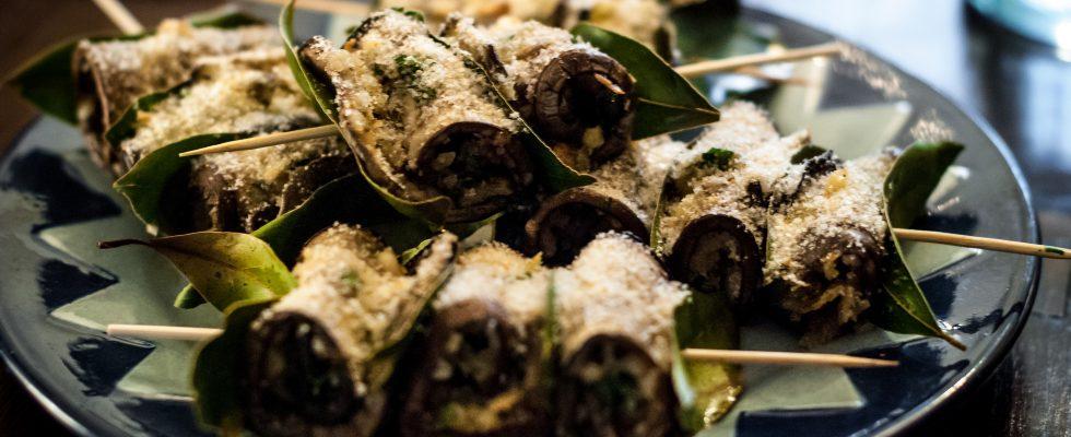 Gli involtini con gamberi e melanzane nella ricetta dell'antipasto raffinato