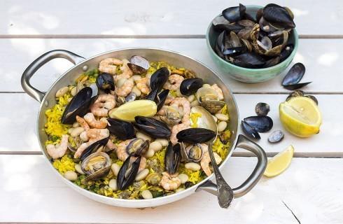 Paella di pesce: con gamberi, cozze e vongole