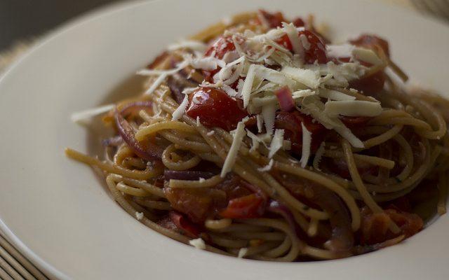 La pasta pomodori e ricotta salata per un primo sfizioso