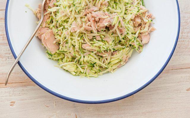 La pasta zucchine e tonno in bianco per un pranzo veloce