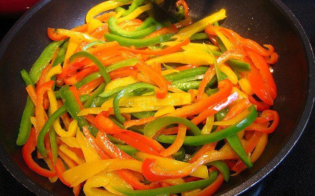 I peperoni in padella da preparare con la ricetta napoletana