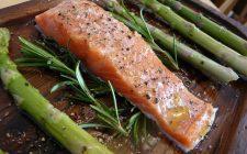 Come fare il salmone con asparagi e yogurt