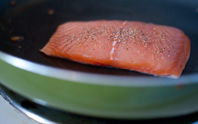 Come fare il salmone grigliato al pepe nero