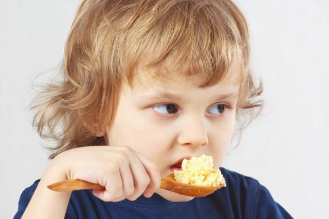 Bambino mangia miglio