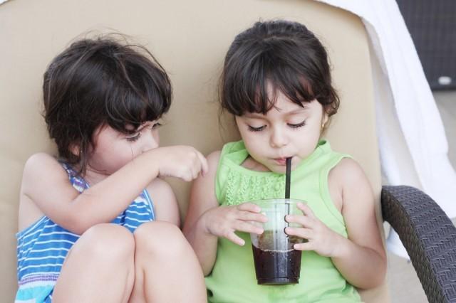 bambini che bevono soft drink