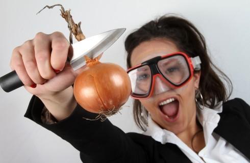 12 trucchi per non piangere tagliando le cipolle