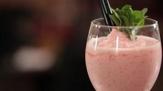 Light Frozen alla fragola, il video cocktail