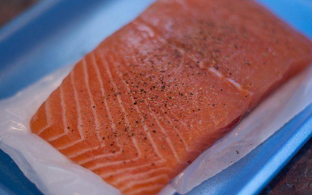 Il salmone in padella con verdure con la ricetta semplice