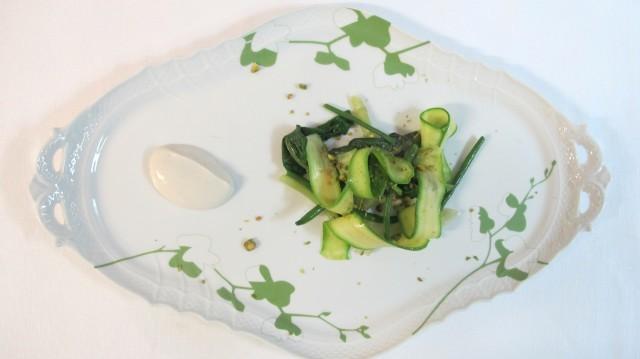 Verdure di stagione infuse nel fieno e yogurt.