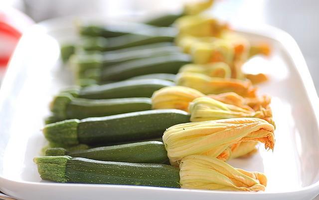 La pasta ai fiori di zucca ed asparagi per un primo sfizioso