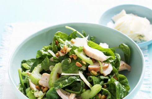 Insalata di sedano, pollo e spinaci
