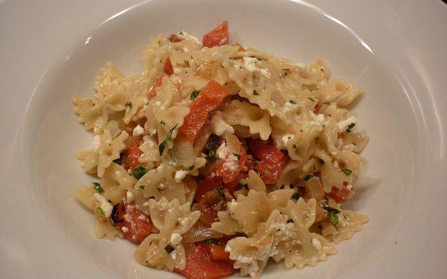 La pasta fredda con pomodori secchi e feta per il pranzo estivo