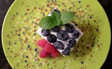 Il cheesecake ai mirtilli e lamponi perfetto come dessert di fine pasto