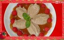 Mousse di gianduia con salsa alle nespole e lamponi