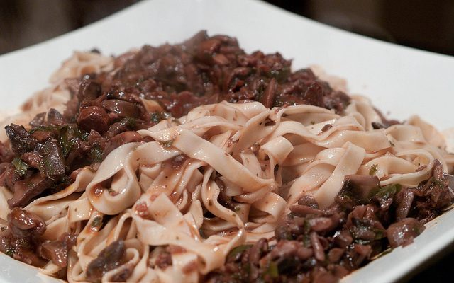La pasta ai funghi e salsiccia con sugo per un primo appagante