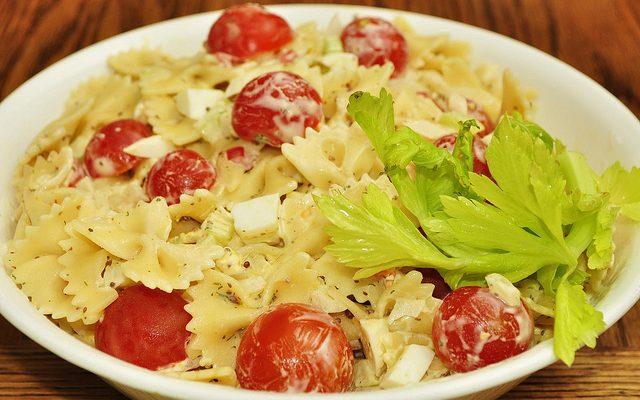 La pasta fredda con pomodori secchi e ricotta per il pranzo estivo