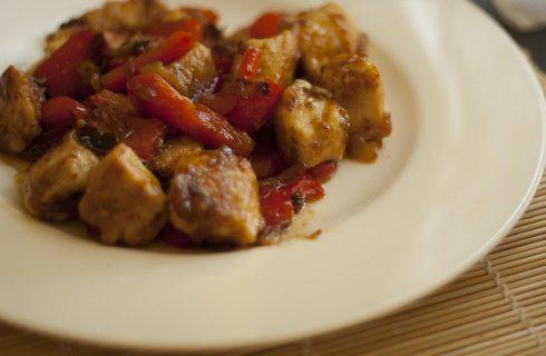 Il pollo con i peperoni, la ricetta tradizionale romana per Ferragosto