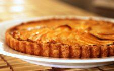 La crostata di marmellata di fichi e mele perfetta per la colazione